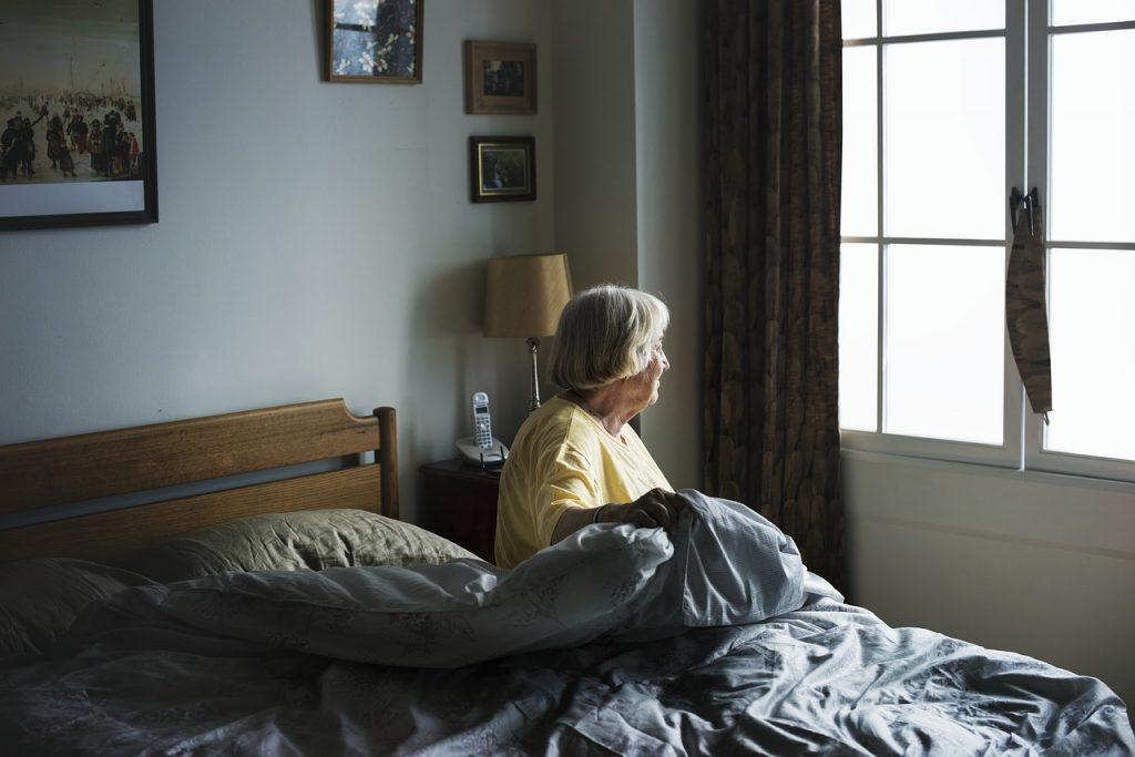 זקנה במיטה