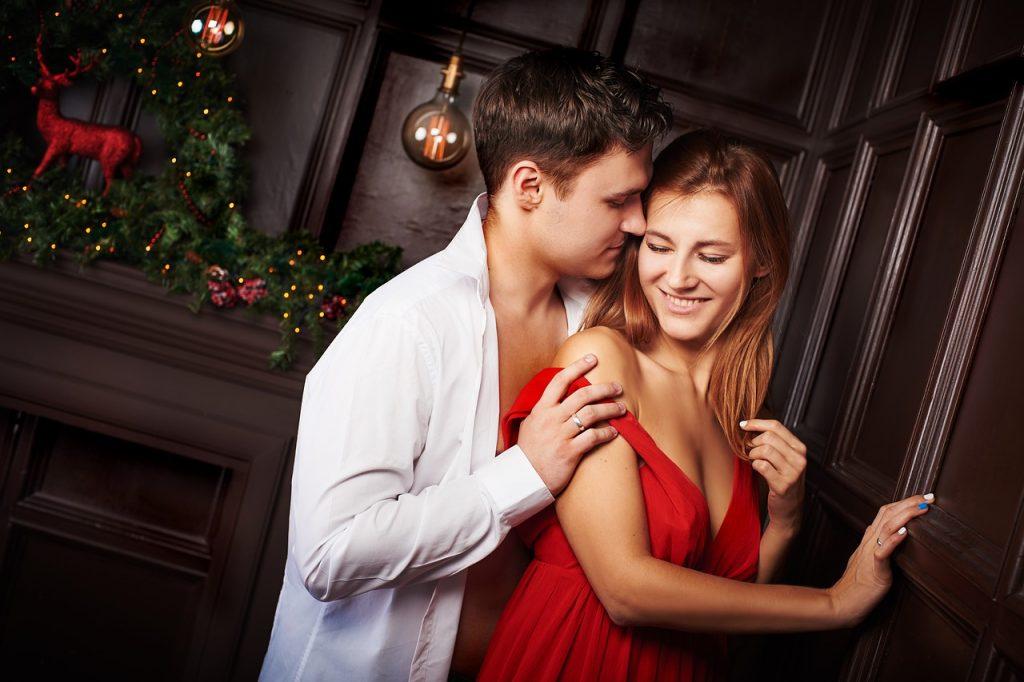 גבר ואישה מתחבקים