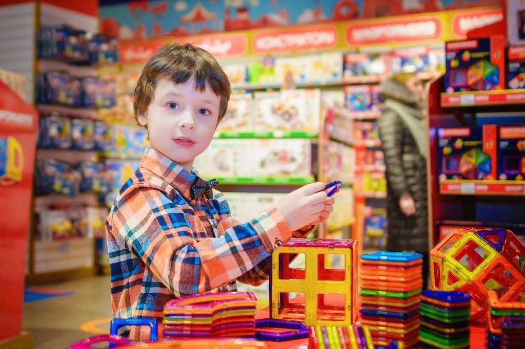 ילד בוחר מתנה