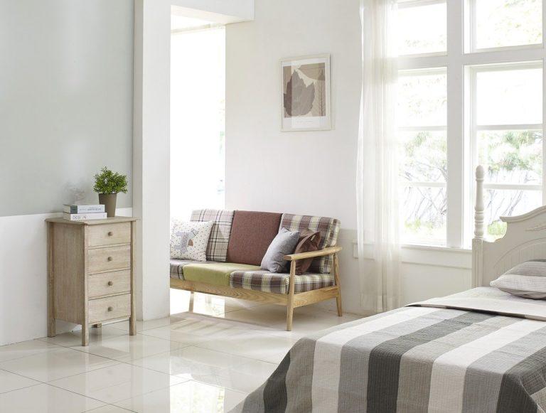 מיטה וסלון באותו חדר