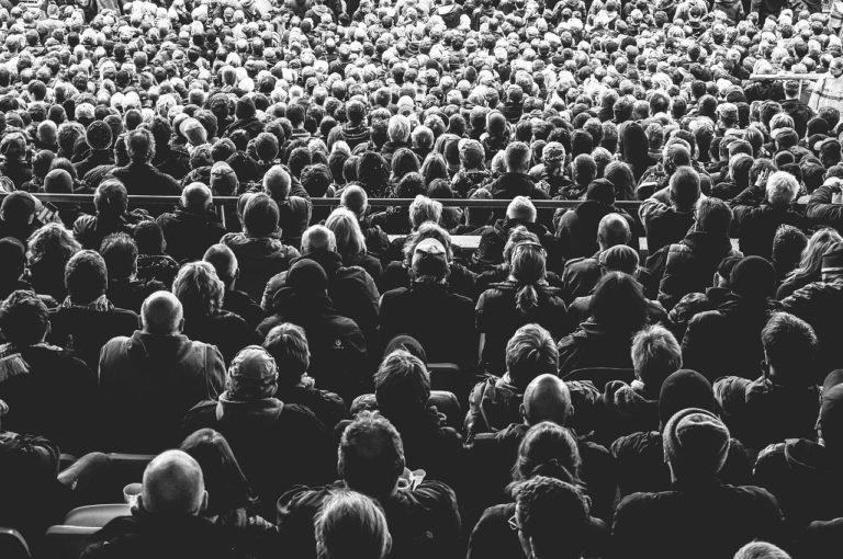 קהל יושבים