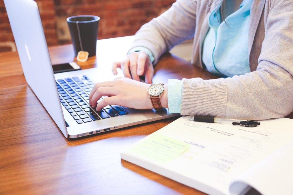 אישה עובדת על מחשב