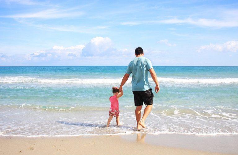 אבא ובת מטיילים בים